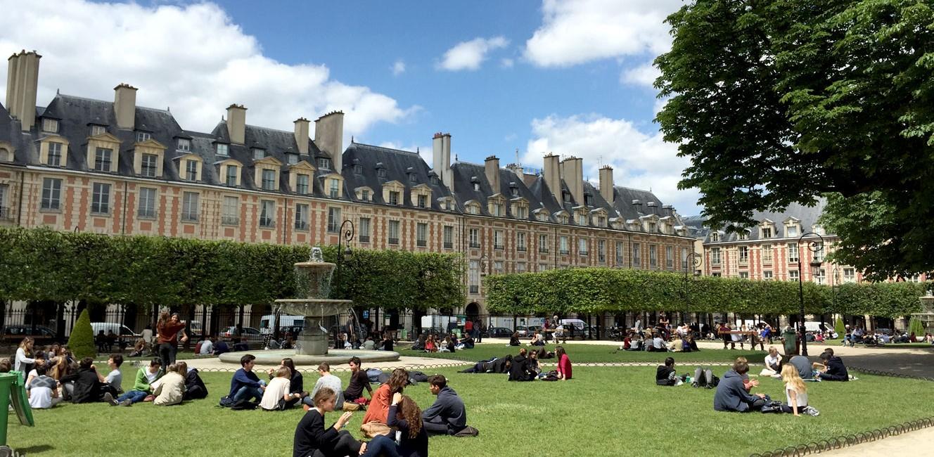 晴れの日のパリにて