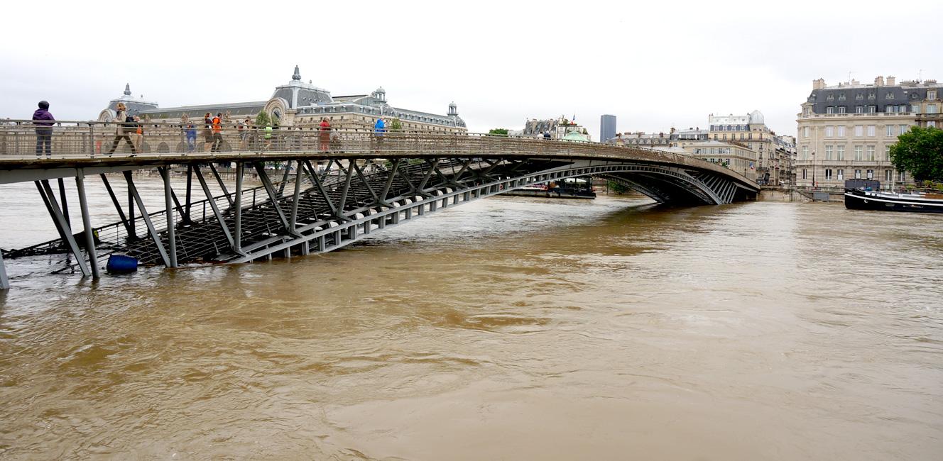 洪水:セーヌ川沿いの道路が冠水