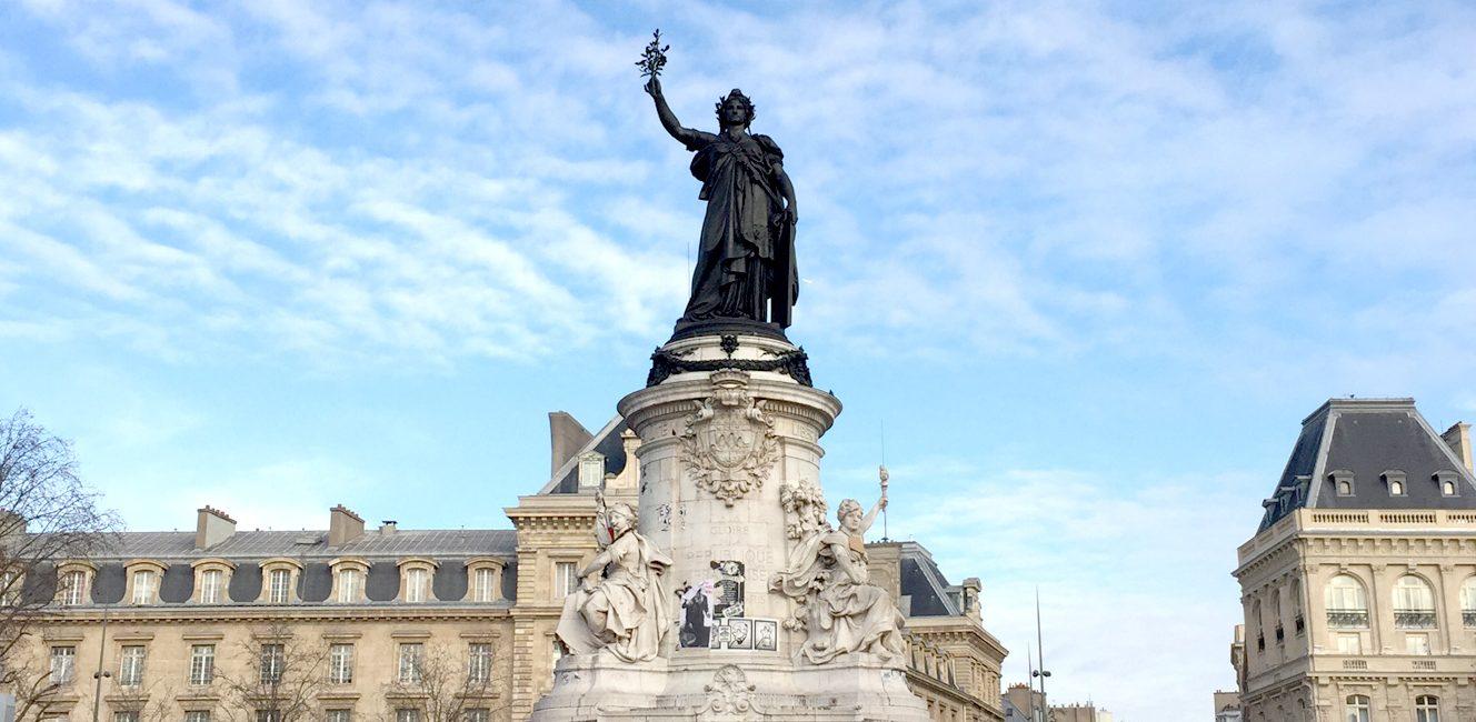 テロ犠牲者追悼の場、共和国広場マリアンヌ像の大掃除