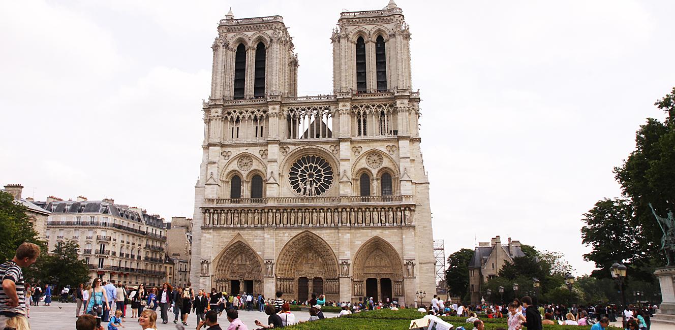 パリのノートルダム大聖堂前で警官が襲われる