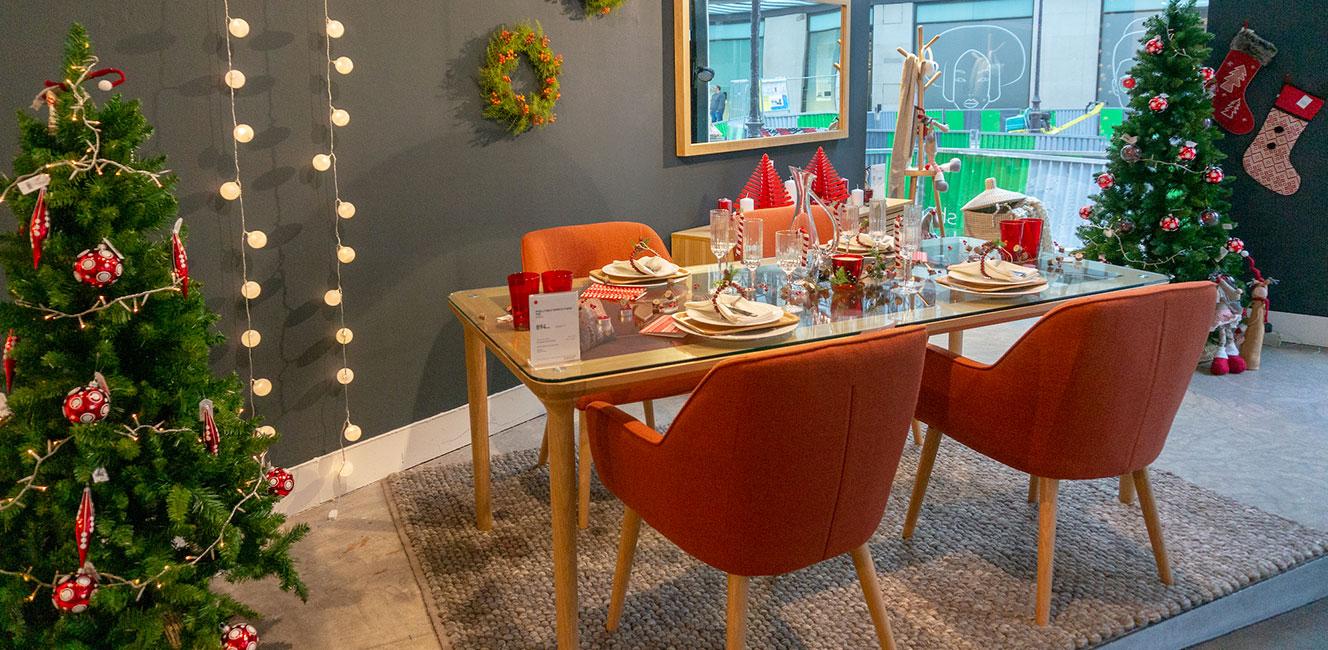 クリスマスの夜の参考にしたい赤色が印象的な装いのインテリア